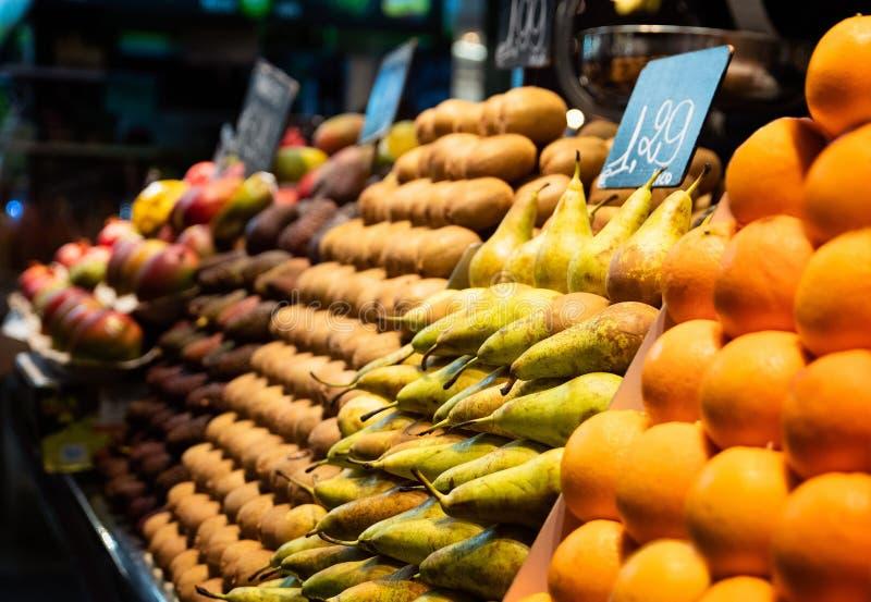 Peras y kiwis y naranjas en parada del mercado foto de archivo libre de regalías