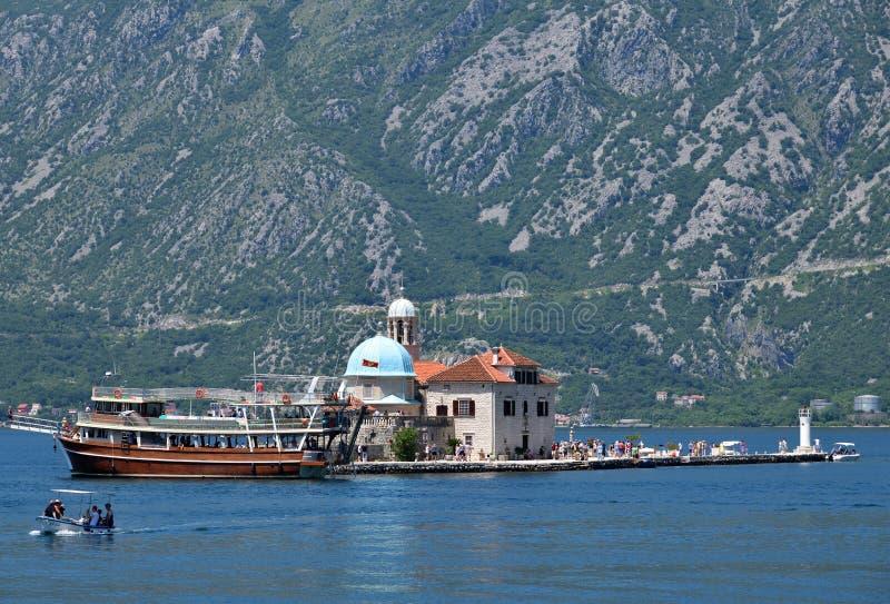 Perast, Μαυροβούνιο - 10 Ιουνίου 2019: Εκκλησία της Παναγίας των Βράχων στο τεχνητό νησί Gospa od Skrpjela στοκ εικόνες