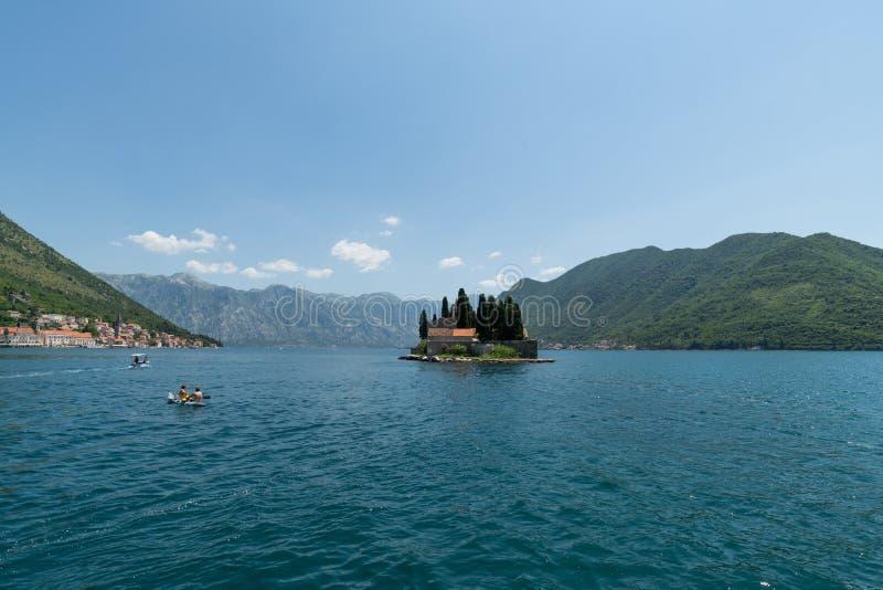 Perast, Черногория - 6-ое июня 2019 Естественный островок с монастырем St. George бенедиктинским стоковое фото rf