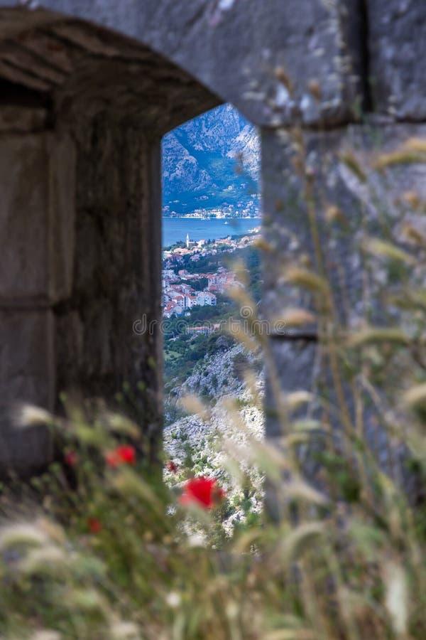 Perast das ruínas da fortaleza ao longo das paredes velhas da cidade do ` s de Kotor fotos de stock