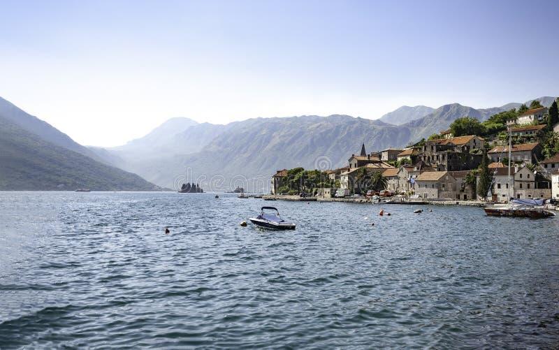 Perast, Montenegro - agosto de 2010 - vista en la ciudad vieja de Perast de la bahía de Boka Kotorska del mar foto de archivo libre de regalías