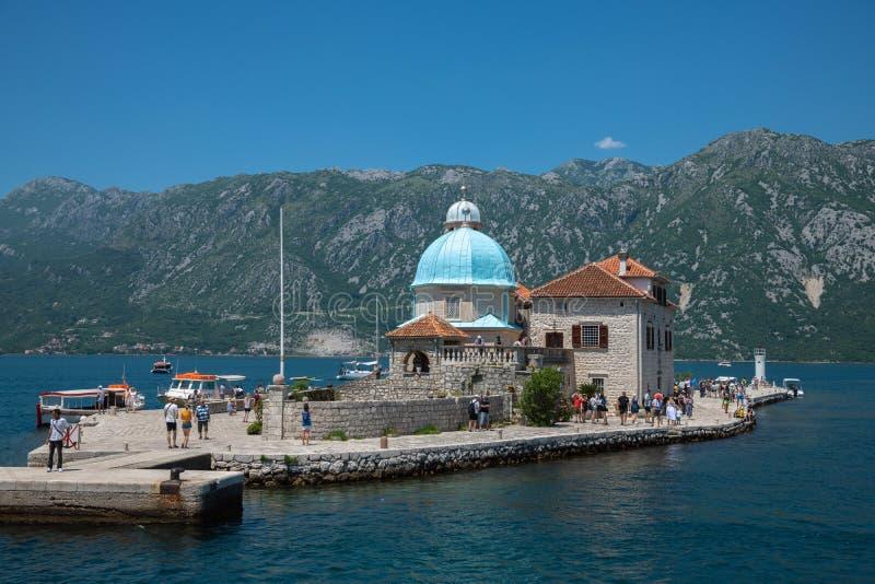 Perast, Montenegro - 10 de junho 2019: Igreja de nossa senhora das rochas na ilha artificial de Gospa od Skrpjela fotografia de stock royalty free
