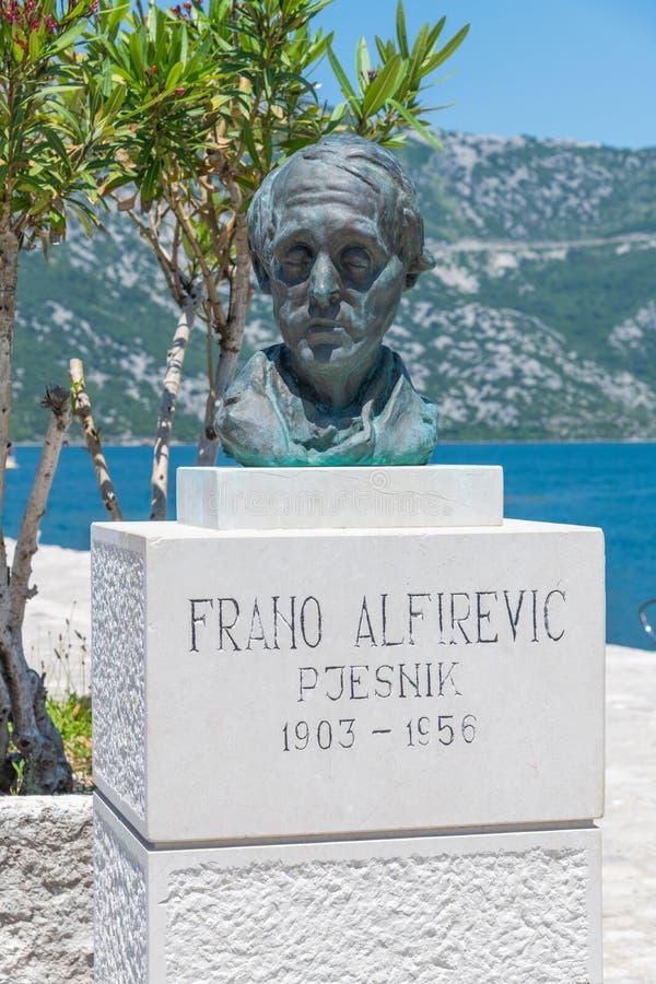 Perast, Montenegro - 10 de junio 2019: monumento al escritor del viaje, al traductor y al poeta croatas famosos Frano Alfirevic,  fotos de archivo