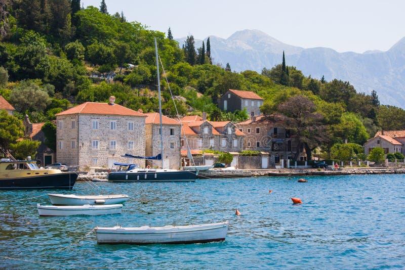PERAST, MONTENEGRO - Juli 8, 2015: Dorp Perast op kust van de baai van Boka Kotor montenegro ADRIATISCHE OVERZEES stock foto