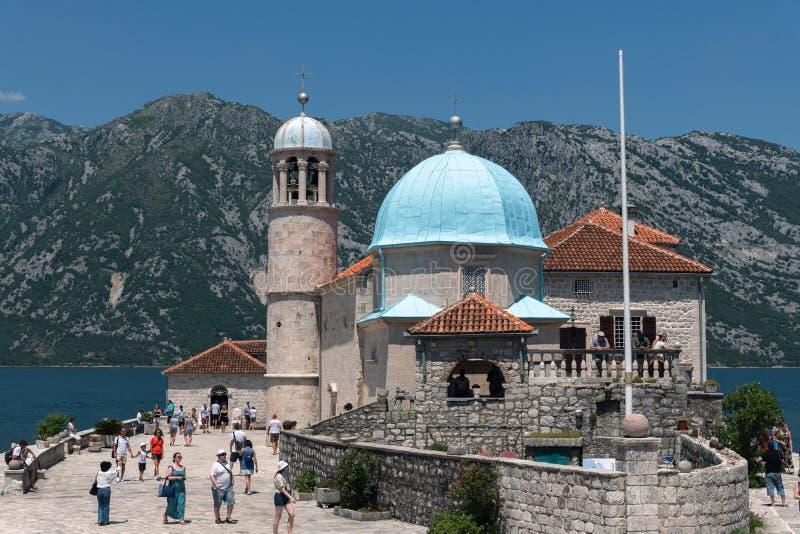 Perast, Montenegro - 10. Juni 2019: Kirche unserer Dame der Felsen auf Insel von Gospa Od Skrpjela stockbilder