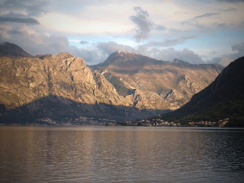 Perast ?r en gammal stad p? fj?rden av Kotor i Montenegro Det ?r den placerade northwesten f?r n?gra kilometer av Kotor royaltyfri foto