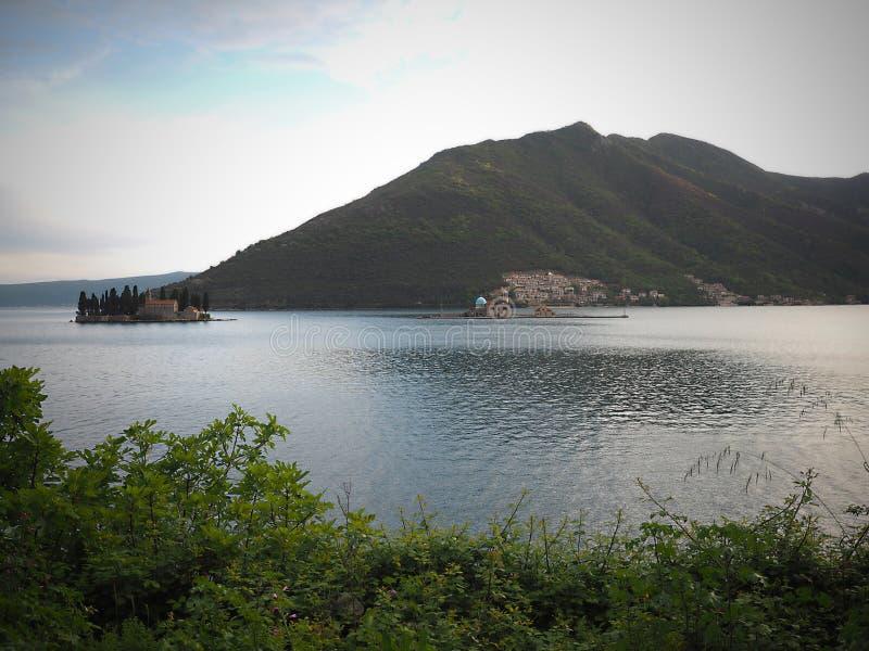 Perast ?r en gammal stad p? fj?rden av Kotor i Montenegro Det ?r den placerade northwesten f?r n?gra kilometer av Kotor royaltyfria foton