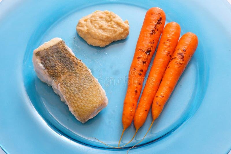 Perca de Pike con las zanahorias y hummus fotografía de archivo