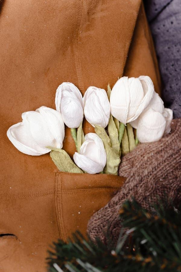 Perce-neige faits main dans la poche de gilet photographie stock