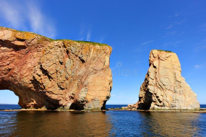 Perce Rock an der Flut lizenzfreies stockfoto