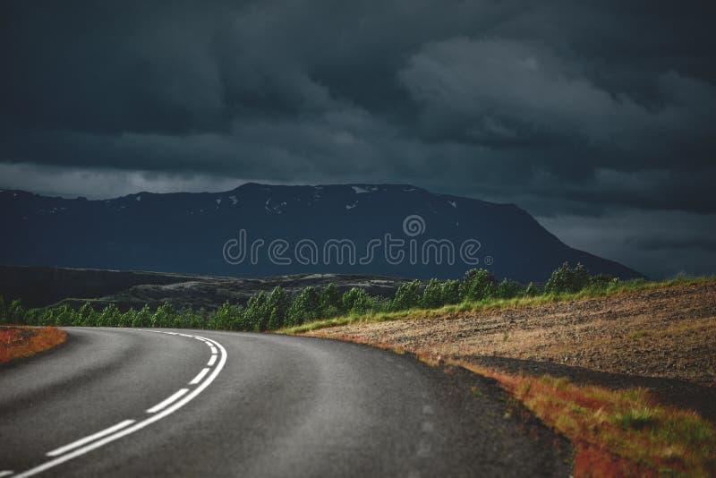 Perceel van asfaltweg in een streng bewolkt berglandschap royalty-vrije stock afbeeldingen