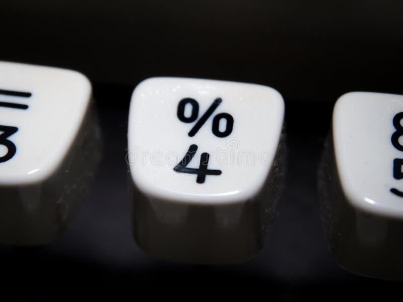 Percenten en nummer vier sleutel op uitstekende schrijfmachine royalty-vrije stock afbeelding