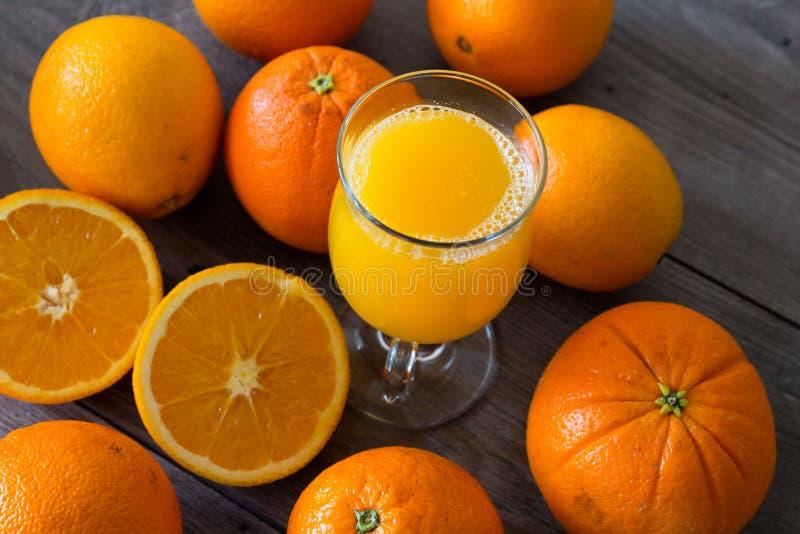100 percenten natuurlijk jus d'orange in een glas stock afbeelding