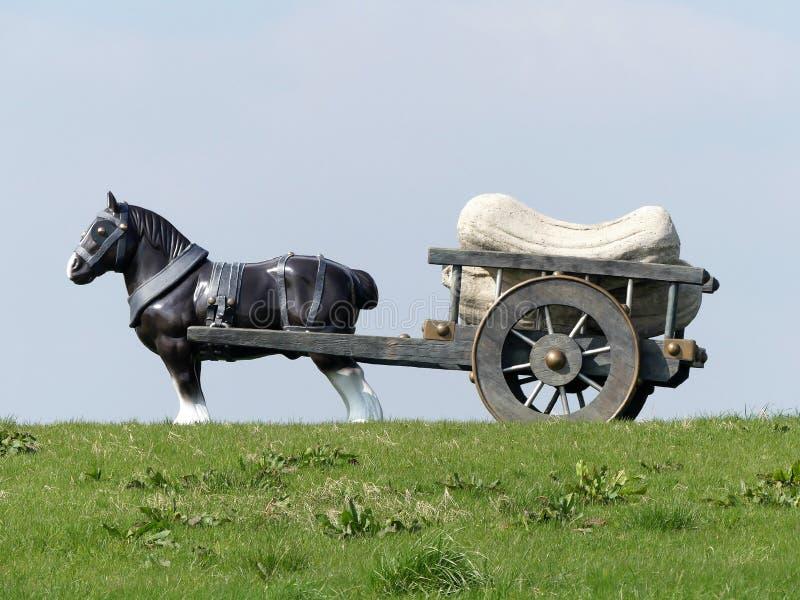 Perceval häst- och vagnsskulptur av Sarah Lucus, väderkvarnkulle, Waddesdon royaltyfria bilder