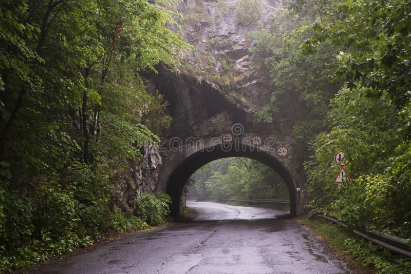 Percez un tunnel dans la montagne près de Lillafured, Miskolc, Hongrie photographie stock libre de droits