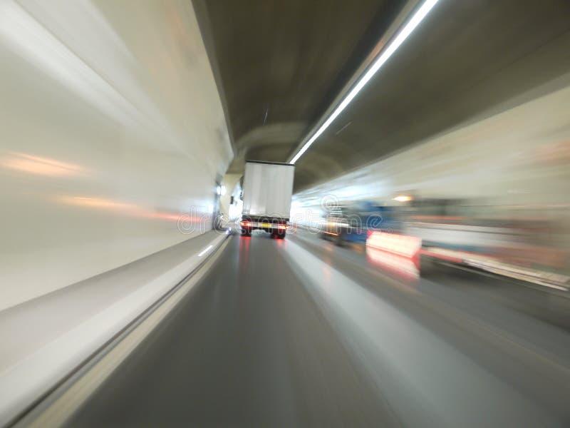 Percez un tunnel le véhicule photographie stock