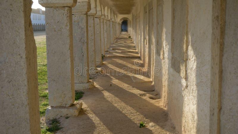 Percez un tunnel les voûtes et les ombres dans Cabo Espichel, Sesimbra photo libre de droits