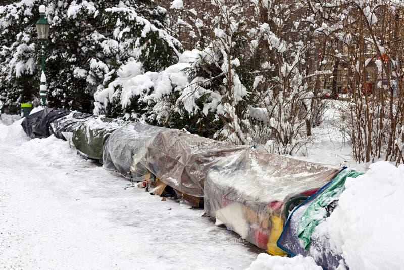 Perchoir de sans domicile fixe en hiver photo stock