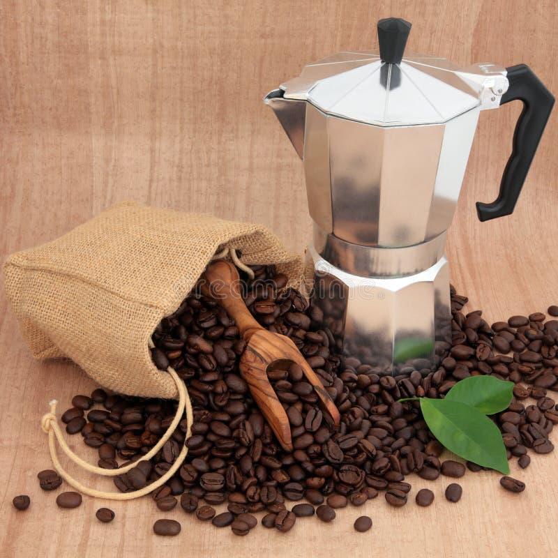 Fabricante e feijões de café imagens de stock