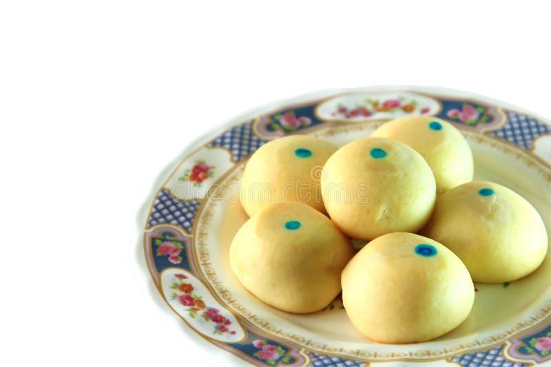 Percorsi di ritaglio con la fine sul dessert di mochi del gruppo in piatto isolato su fondo bianco fotografia stock