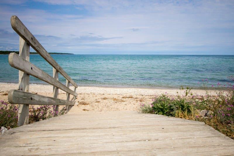 Percorso ad una bella spiaggia scenica di estate fotografia stock