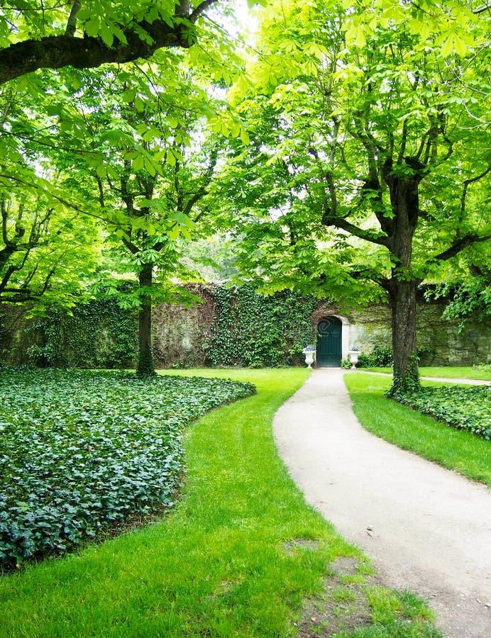 Percorso al giardino segreto Ivy Stone Wall della porta fotografie stock