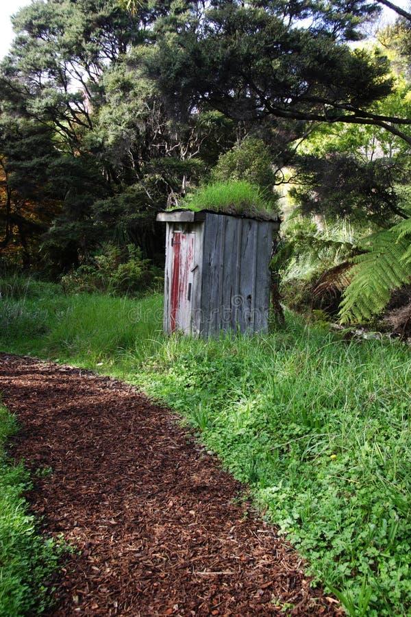 Percorso al outhouse fotografia stock