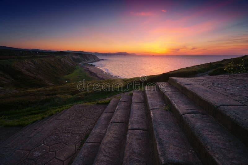Percorso alla spiaggia di Azkorri a Getxo al tramonto immagini stock