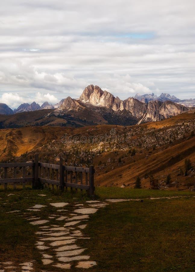 Percorso alle montagne fotografia stock