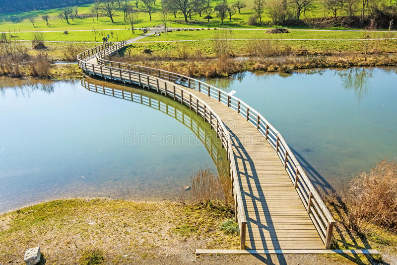 Percorso attraverso paesaggio rurale sopra acqua fotografia stock libera da diritti