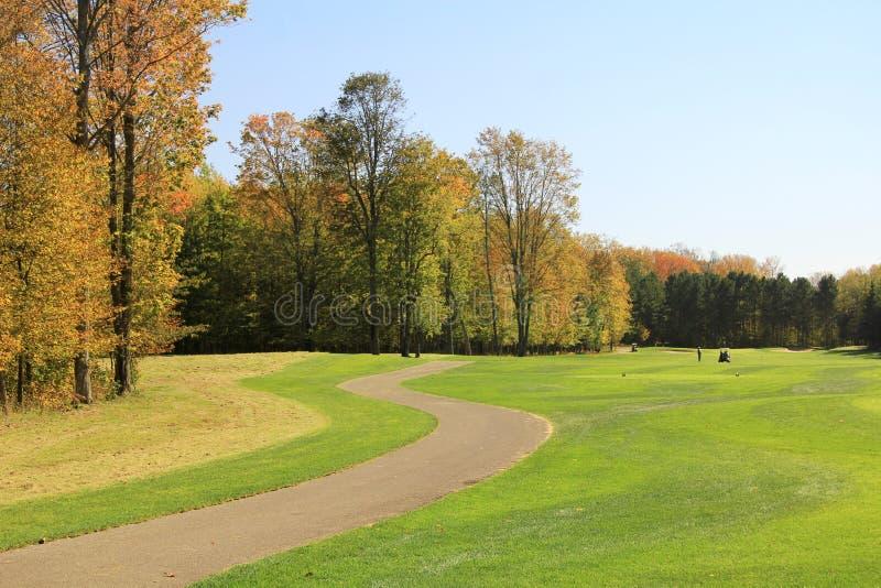 Percorso del carrello di golf in autunno immagini stock