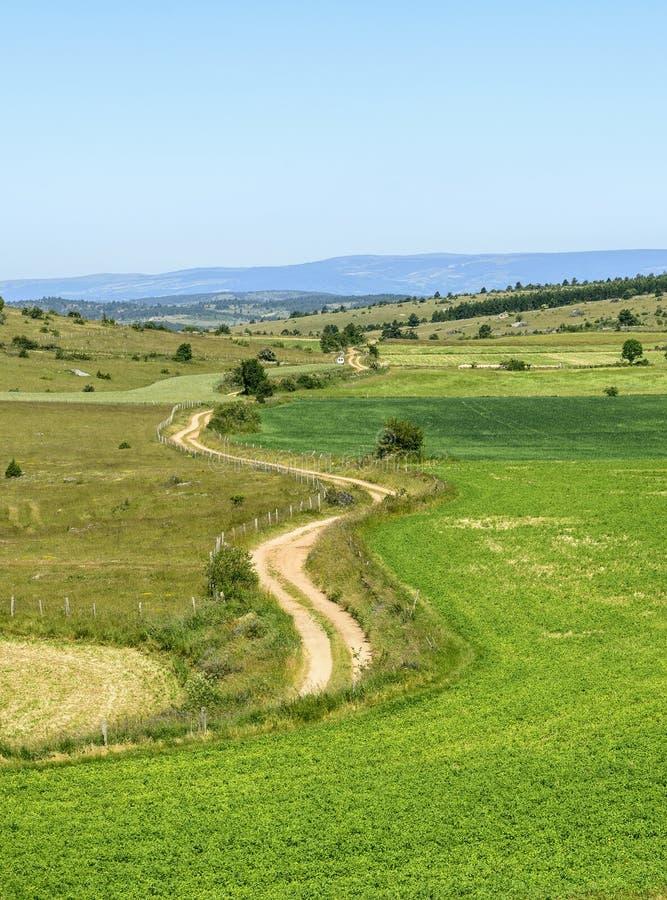 Percorso del paese nelle montagne di Lozere immagine stock