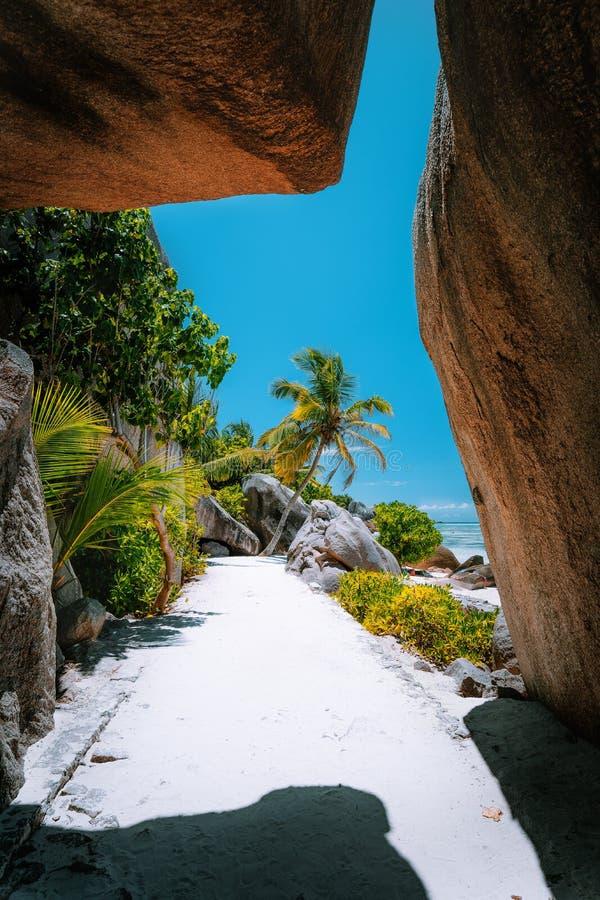 Percorso di camminata attraverso i massi bizzarri giganti della roccia del granito Anse spiaggia di argento di fonte alla d famos immagine stock