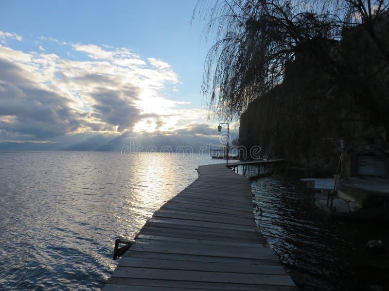 Percorso di camminata di legno sopra il lago ohrid, prima di penombra fotografia stock