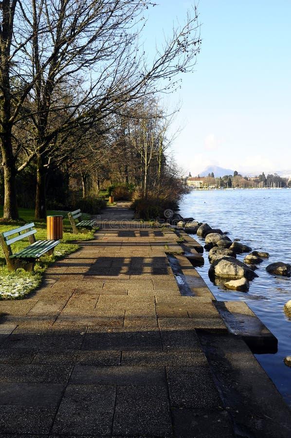 Percorso di camminata lungo il lago annecy in Francia fotografia stock