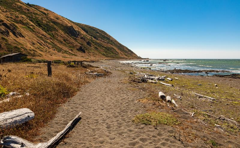 Percorso di camminata nell'intestazione della sabbia verso il faro di Punta Gorda nell'area di re Range California fotografie stock libere da diritti