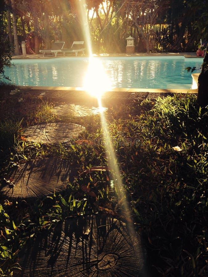 Percorso di legno alla piscina fotografia stock libera da diritti