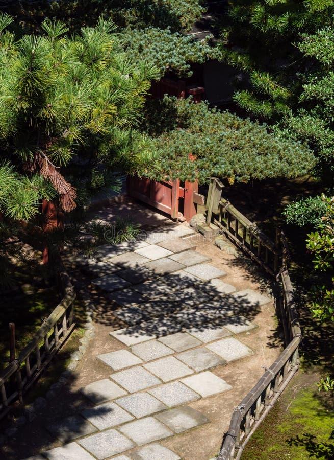 Percorso di pietra in un giardino giapponese immagine stock libera da diritti