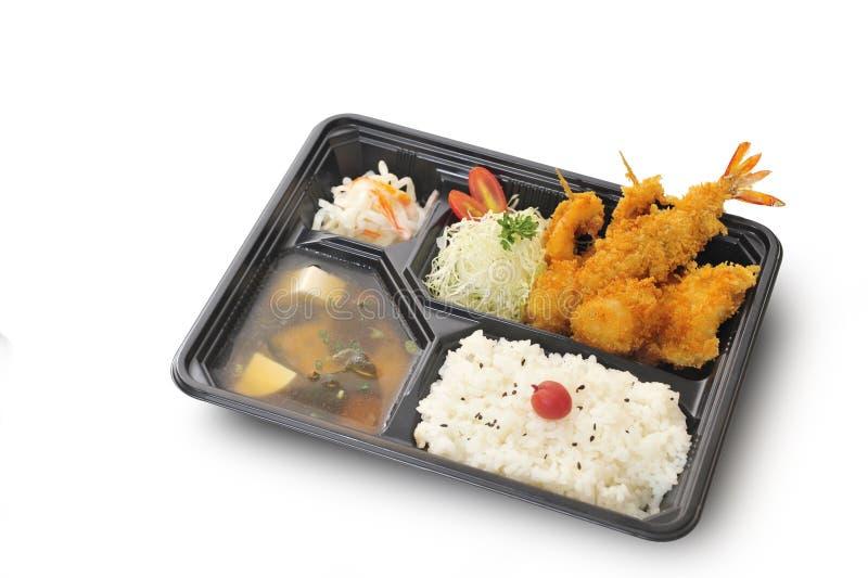 Percorso di ritaglio ed isolata dell'insieme fritto nel grasso bollente frutti di mare in scatola di bento immagine stock
