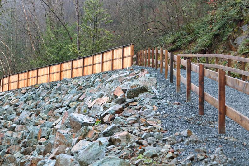Percorso e Cedar Fencing elevati fotografia stock