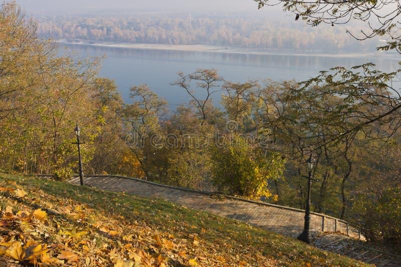 percorso Mattone-pavimentato su Hillslope immagine stock