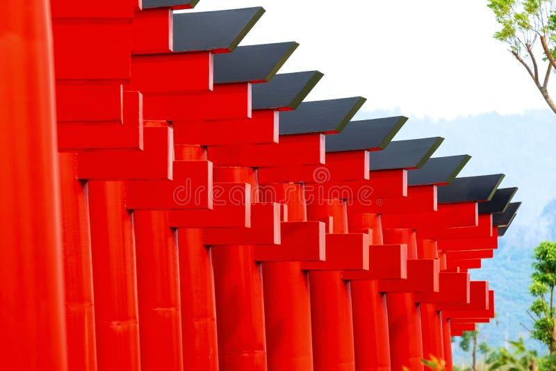 Percorso rosso della passeggiata del tempio del portone di bello paesaggio all'aperto di mattina fotografia stock