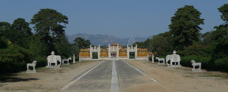 Percorso sacro e cancello lustrato alle tombe ad ovest di Qing immagine stock libera da diritti