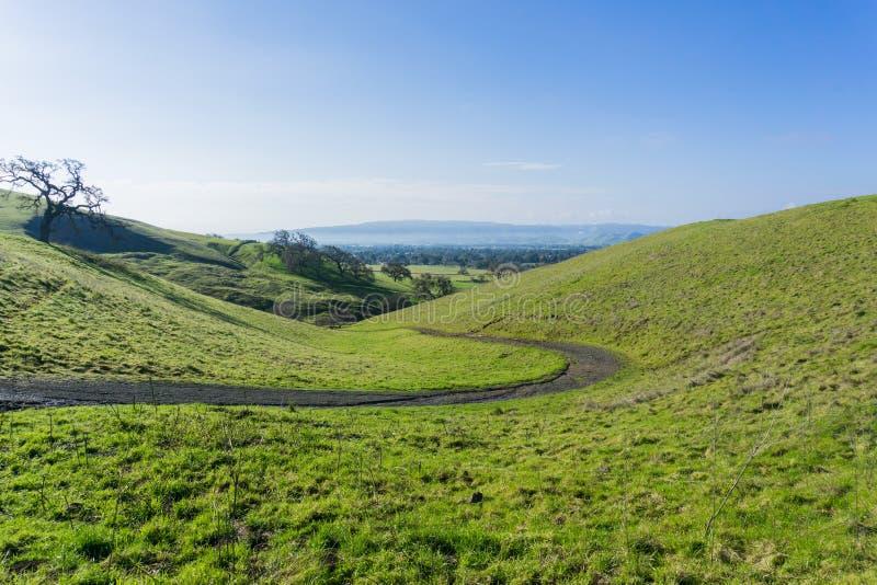 Percorso sulle colline verdi e sulle valli del lago coyote - Harvey Bear Park, Morgan Hill, California immagini stock