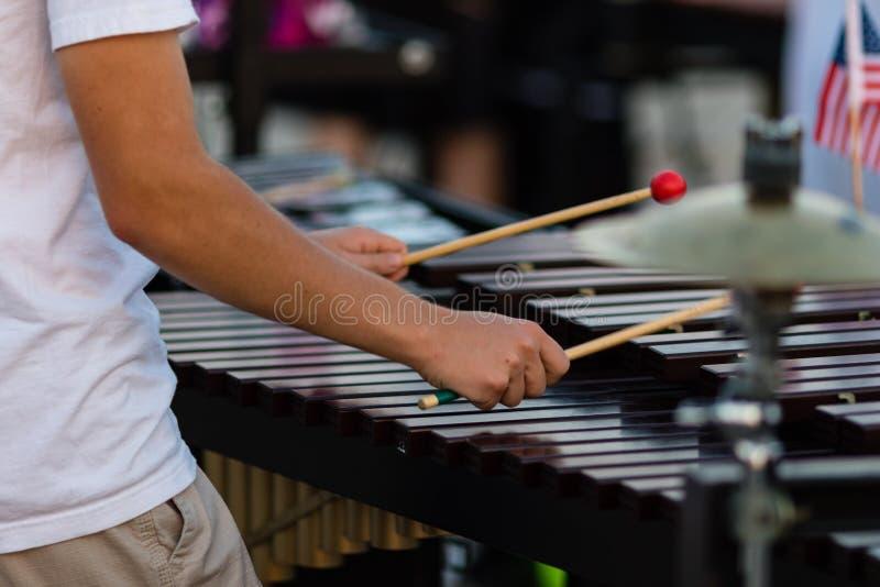Percussionist που παίζει ένα vibraphone κατά τη διάρκεια μιας πρόβας στοκ εικόνα