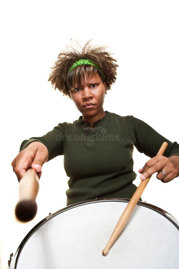 Percussionist africano joven serio foto de archivo