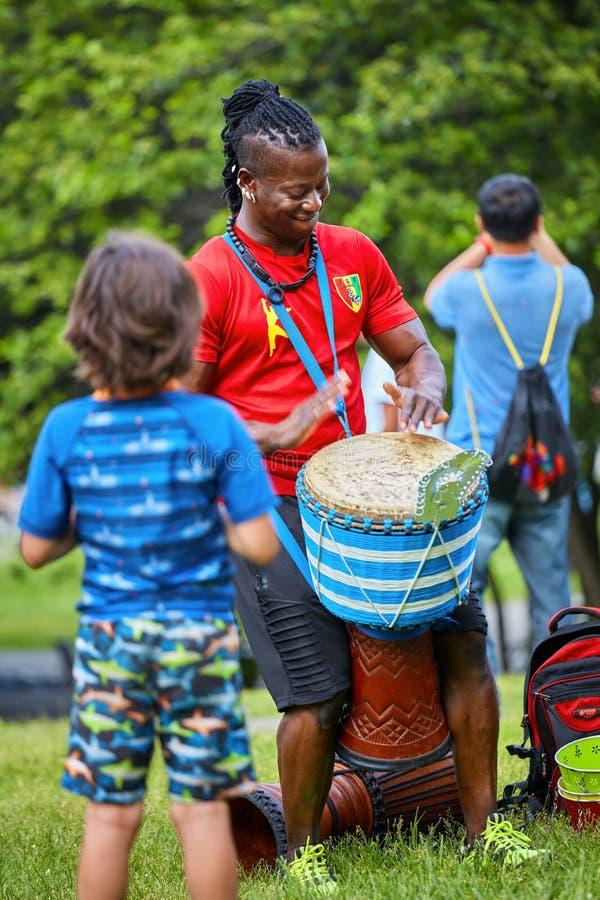 Percussionist masculino afroamericano que juega ritmo con su bongo del tambor del djembe fotografía de archivo libre de regalías