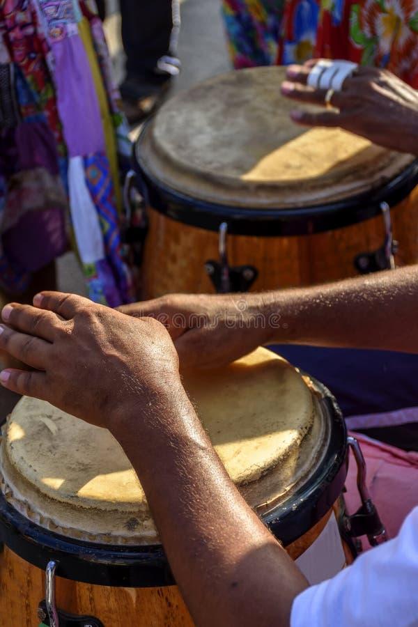 Percussionist que juega el atabaque durante funcionamiento de la samba fotos de archivo