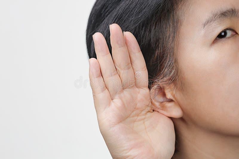 Perda da audição envelhecida meio da mulher, com deficiência auditiva fotografia de stock royalty free