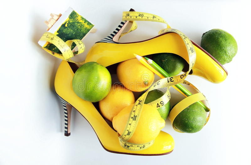 Perda de peso Fita de medição envolvida em torno do limão fotos de stock